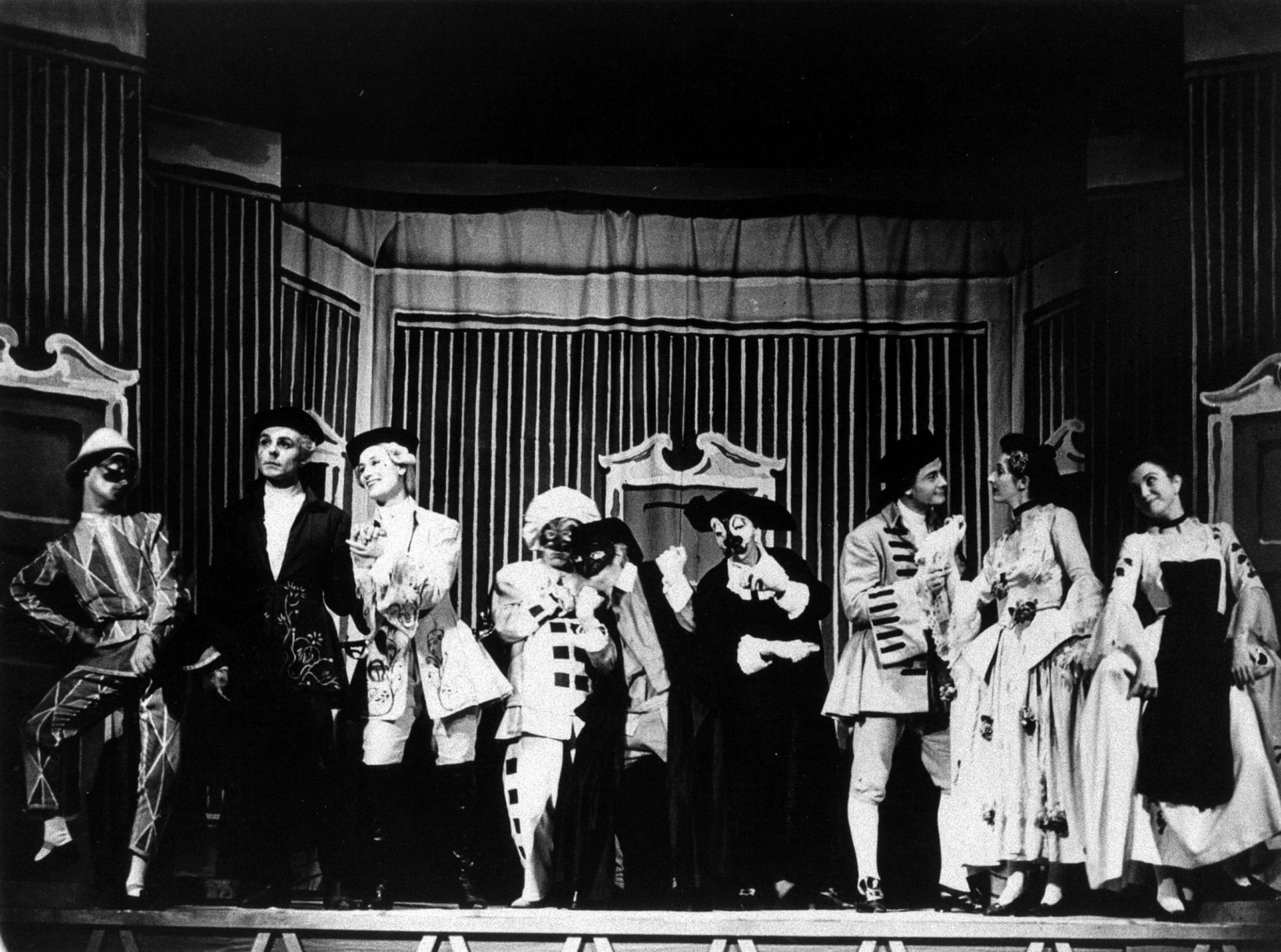 La compagnia di <em>Arlecchino</em> in palcoscenico - Archivio Piccolo Teatro di Milano