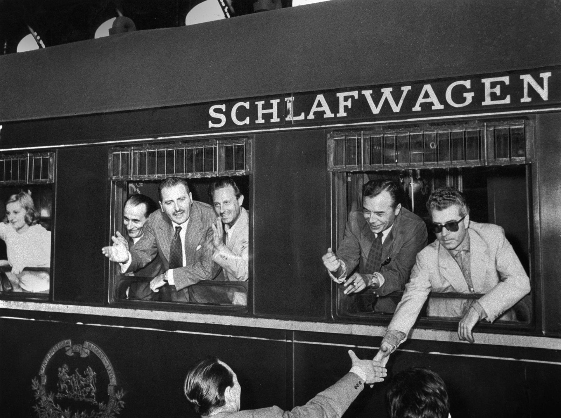 1954. Alla stazione in partenza per la tournée in Austria e Germania - Archivio Piccolo Teatro di Milano