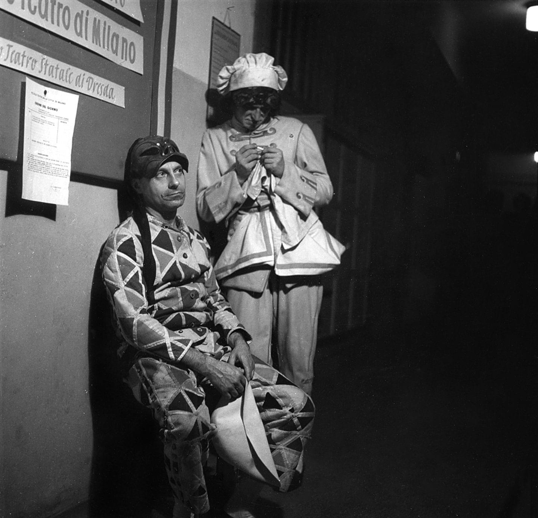 1956. Marcello Moretti e Gianfranco Mauri dietro le quinte del teatro di Dresda - Archivio Piccolo Teatro di Milano