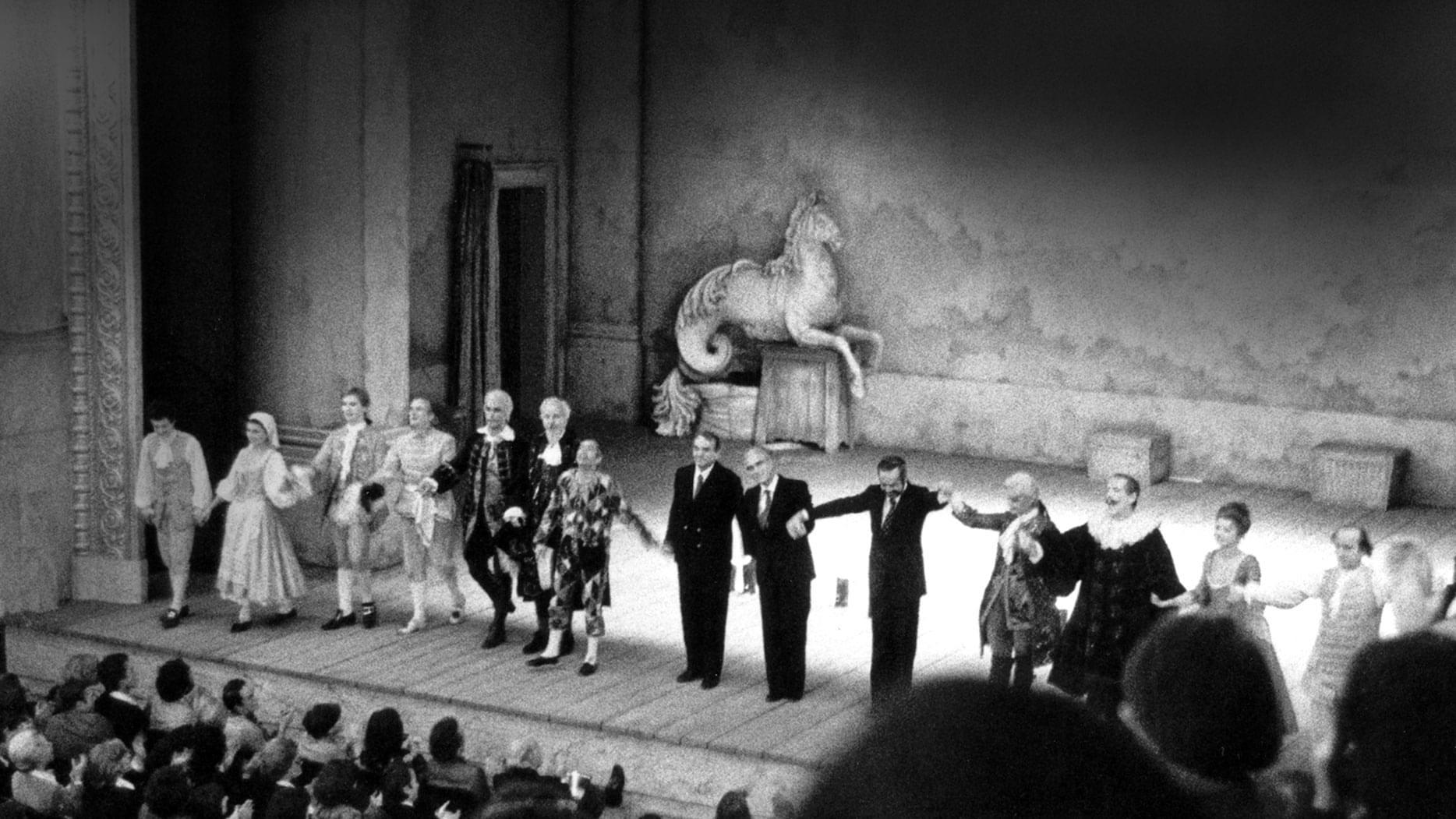 1977. I ringraziamenti al termine della prima all'OdéondiParigi - Foto Ciminaghi/Piccolo Teatro di Milano